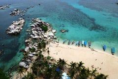 Вид с воздуха красивого пляжа с голубой чистой водой, пук художнических утесов, пары шлюпок и кокосовая пальма Стоковые Изображения RF
