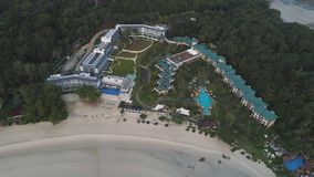 Вид с воздуха красивого тропического пляжа с курортом гостиницы окруженным зелеными деревьями съемка Назначение рая для стоковое фото rf