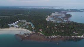 Вид с воздуха красивого тропического пляжа с курортом гостиницы окруженным зелеными деревьями съемка Назначение рая для стоковое изображение rf