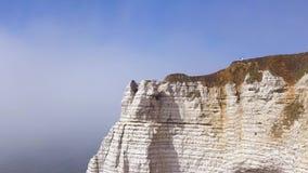 Вид с воздуха красивой белой скалы на пасмурной предпосылке голубого неба, привлекательности перемещения E Гигантский крутой утес сток-видео