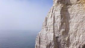 Вид с воздуха красивой белой скалы на пасмурной предпосылке голубого неба, привлекательности перемещения E Гигантский крутой утес стоковое фото rf