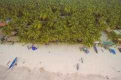 Вид с воздуха красивой береговой линии Индийского океана с тропическим лесом, песчаным пляжем, спокойным открытым морем и рыбацки Стоковая Фотография RF
