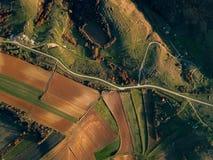 Вид с воздуха красивой сельской местности - зеленых полей стоковые фотографии rf
