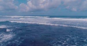 Вид с воздуха красивых волн против неба акции видеоматериалы