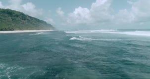 Вид с воздуха красивых волн против неба видеоматериал