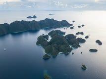 Вид с воздуха красивых островов известняка в радже Ampat стоковая фотография rf