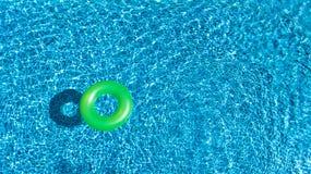 Вид с воздуха красочной раздувной игрушки донута кольца в воде бассейна сверху, курорт семейного отдыха Стоковые Изображения