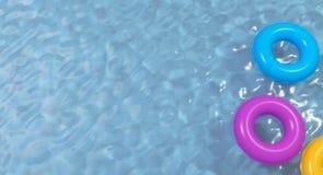 Вид с воздуха красочной раздувной игрушки донута кольца в воде бассейна сверху, перевод 3d стоковое изображение