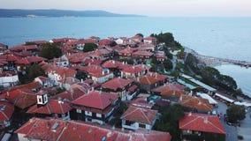 Вид с воздуха крыш старого Nessebar, древнего города на побережье Чёрного моря Болгарии сток-видео