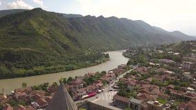 Вид с воздуха к известному собору Svetitskhoveli правоверному и историческому и touristic городку Mtskheta, около Тбилиси, Georgi акции видеоматериалы