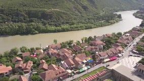 Вид с воздуха к известному собору Svetitskhoveli правоверному и историческому и touristic городку Mtskheta, около Тбилиси, Georgi видеоматериал