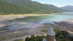 Вид с воздуха к комплексу замка Ananuri на реке Aragvi в Georgia акции видеоматериалы