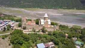 Вид с воздуха к комплексу замка Ananuri на реке Aragvi в Georgia видеоматериал