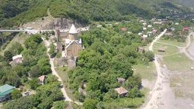 Вид с воздуха к комплексу замка Ananuri на реке Aragvi в Georgia сток-видео