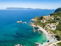 Вид с воздуха к пляжу Mourtias стоковые изображения