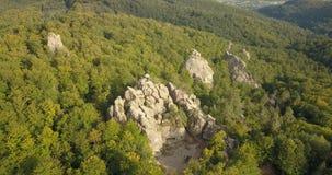 Вид с воздуха к утесам Dovbush в прикарпатских горах, Украина сток-видео