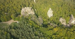 Вид с воздуха к утесам Dovbush в прикарпатских горах, Украина видеоматериал