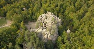 Вид с воздуха к утесам Dovbush в прикарпатских горах, Украина акции видеоматериалы