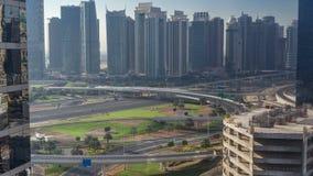Вид с воздуха к JLT и Марина Дубай с большим timelapse пересечения шоссе на дороге zayed шейхом и небоскребы в сток-видео