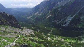 Вид с воздуха ландшафта гор сток-видео
