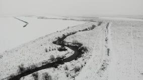Вид с воздуха ландшафта зимы с руслом реки и живой природой Светлые снежности видеоматериал