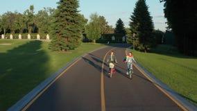 Вид с воздуха 2 лесбиянок ехать велосипеды в парке акции видеоматериалы