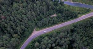 вид с воздуха Летать над дорогой Отслеживать автомобиль видеоматериал