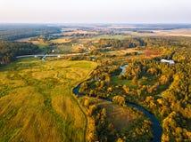 Вид с воздуха с лугами, река захода солнца осени сельский, деревня, di стоковое фото