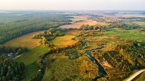 Вид с воздуха с лугами, река захода солнца осени сельский, деревня, di стоковые фотографии rf