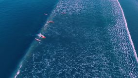 Вид с воздуха людей занимаясь серфингом на Kuta приставает к берегу, Бали Индонезия акции видеоматериалы