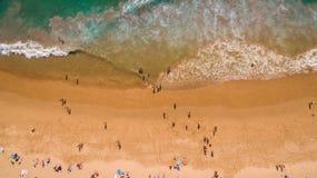 Вид с воздуха людей отдыхая на красивом пляже около океана, Португалии Стоковые Изображения RF