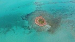 Вид с воздуха малого острова сток-видео