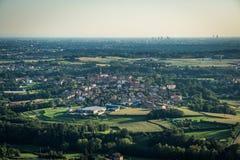 Вид с воздуха малой деревни в Ломбардии с горизонтом милана стоковые фотографии rf