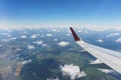 Вид с воздуха малых города, земли и облаков от воздушных судн во время полета Стоковое фото RF