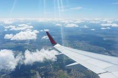 Вид с воздуха малых города, земли и облаков от воздушных судн во время полета Стоковые Изображения RF