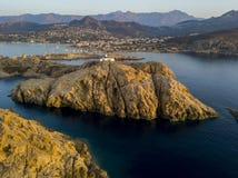 Вид с воздуха маяка Pietra и Genoese башни на заходе солнца Красный остров, Корсика, Франция Стоковые Фотографии RF