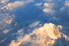 Вид с воздуха Монблана 4 808 7 m/15.777 ft Самая высокая гора в Альп sunlit на сумраке стоковые фотографии rf