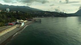 Вид с воздуха: Море, пляж, море, курортный город Feodosiya, Крыма r Пляж от ослаблять и заплыва туристов вида с воздуха акции видеоматериалы