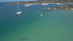 Вид с воздуха моря бирюзы с Мариной яхты на заливе Panagia в Halkidiki Греции, двигает вперед трутнем