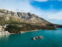 Вид с воздуха моря и гора плавают вдоль побережья, Черногория стоковые изображения