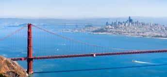 Вид с воздуха моста золотых ворот; горизонт Сан-Франциско видимый на заднем плане; Калифорния стоковые изображения rf