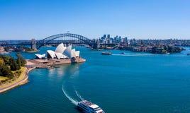 Вид с воздуха моста и оперного театра гавани Сиднея Стоковые Изображения