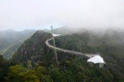 Вид с воздуха моста неба на острове Langkawi, Малайзии Люди идут на изогнутый максимум моста над морем в горах стоковое изображение