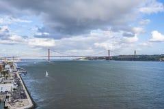 Вид с воздуха моста 25-ое апреля в Лиссабоне стоковые изображения