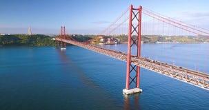 Вид с воздуха моста 25-ое апреля ориентира Лиссабона - Ponte 25 de Abril, стального висячего моста, скрещивания Рекы Tagus акции видеоматериалы