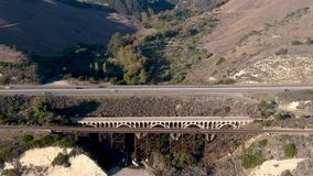 Вид с воздуха моста Hondo Арройо на шоссе PCH акции видеоматериалы