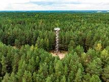 Вид с воздуха наблюдательной вышки парка Labanoras региональной, самая высокорослая наблюдательная вышка в Литве стоковое фото