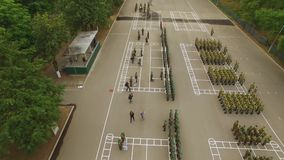 вид с воздуха Награждает солдат Офицеры салютуют генералу или командир, получает награды, плечевые ремни, медали вооружения видеоматериал