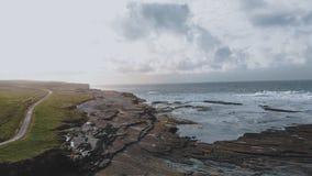 Вид с воздуха над грубым побережьем Kilkee в Ирландии стоковые изображения
