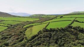 Вид с воздуха над типичным ирландским ландшафтом на солнечный день стоковые фотографии rf
